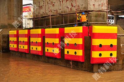 衡水胜特科技有限公司正在为灵江二桥安装固定式复合材料桥梁防撞设施