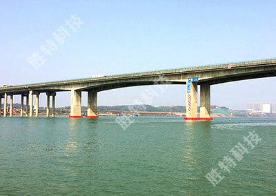 湖南竹埠港湘江特大桥安装完成四套自浮式复合材料桥梁防撞设施之后的整体效果图