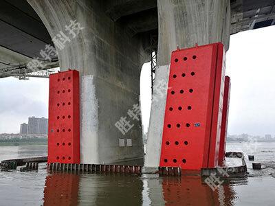 清远北江四桥安装完成固定式钢覆复合材料桥梁防撞设施后侧面效果