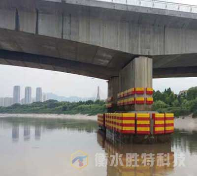 固定式复合材料桥梁防撞设施安装完一个桥墩