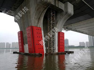 清远北江四桥安装完成固定式钢覆复合材料桥梁防撞设施后正面效果