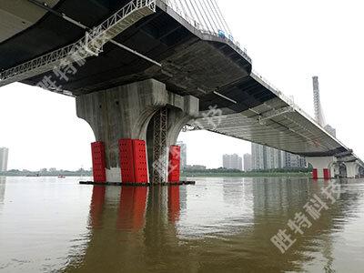 清远北江四桥安装完成固定式钢覆复合材料桥梁防撞设施后整体效果