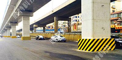 为沈阳东陵路高架桥安装的复合材料桥墩防撞设施