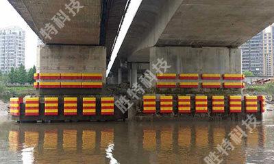 灵江二桥安装完固定式复合材料桥梁防撞设施后的正面图