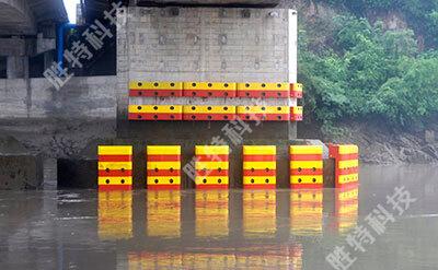 单个桥墩安装完固定式复合材料桥梁防撞设施的效果图