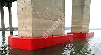 为一个桥墩安装完成自浮式复合材料桥梁防撞设施